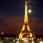 top_10_things_to_do_while_in_paris_eiffel_tower_night_moon4